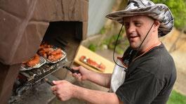 Ein Mann mit Handicap und Safari-Hut am Grill © AdobeStock
