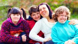 Eine Gruppe von vier, lächelnden jungen Frauen. © AdobeStock