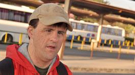 Ein Mann mit Handicap am Busbahnhof © AdobeStock
