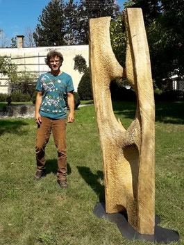 Ausstellungseröffnung im Schloss Ebenau 2019, Rainer Wulz vor seiner Skulptur