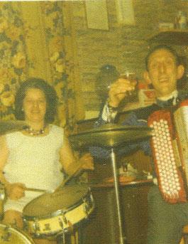 Oma Jesje op de drums en Opa Willem de Bins op de accordeon!!