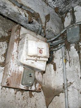 vieux compteur électrique dans une grange