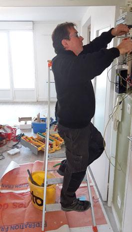Thierry Besançon, électricien à Bourg-en-bresse et Viriat entrain de rénover un compteur electrique