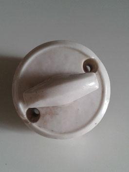 vieil interrupteur en porcelaine