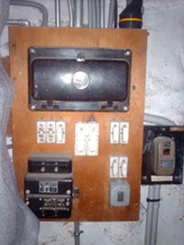 Vieux compteur électrique en bois