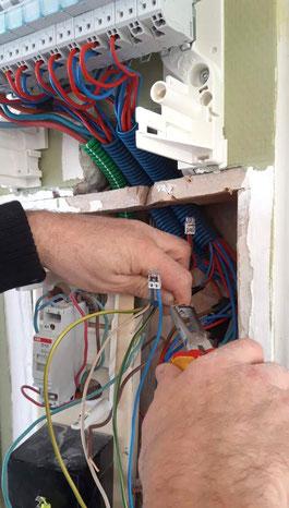 Thierry Besançon, électricien à Viriat entrain de mettre aux normes un compteur électrique sur Bourg-en-bresse