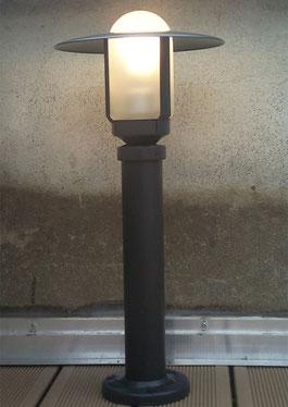 Pose de spot pour éclairage extérieur au jardin