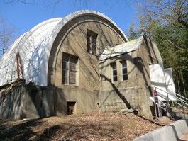 歴史館を出て、見学コースを少し歩くと、雰囲気のある建物が。「ゴーチェ子午環」です