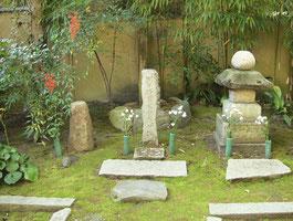 法観寺義仲墓(京都市東山区) 法観寺にある義仲の墓という。