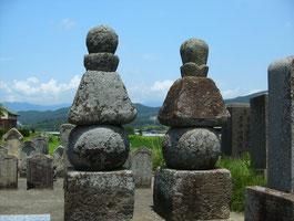 巴山吹の五輪塔(長野県上田市) 巴と山吹の供養塔という。