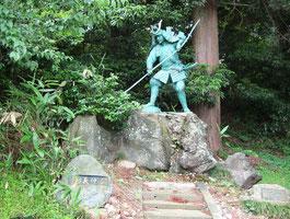 弓清水の義仲像(富山県高岡市) 弓で突いたら清水が出たという。