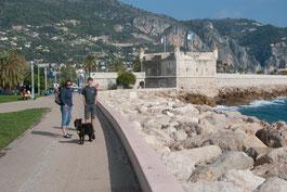Mit Hund an der Strandpromenade Menton, Côte d'Azur