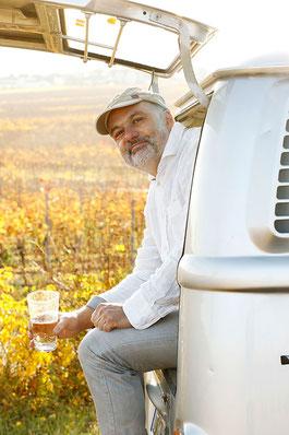 Joachim Hey im VW Bus