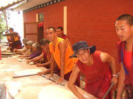 チベットのクッキーを作っているところ