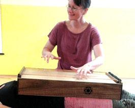 Klangmassage und Entspannung mit dem Monochord von Michaela Brinkmeier. Ich bin ausgebildete Klangtherapeutin und Mediationslehrerin und arbeite überwiegend in NRW, OWL, im Kreis Gütersloh, in Paderborn und Bielefeld, in Seminaren in ganz Deutschland.