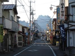 通りの奥には「妙義山」が、