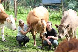 Manfred und Viktoria zusammen mit den Kühen Flora, Lilo und Klara