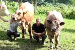 Manfred und Viktoria mit den Kühen Klara, Flora und Lilo