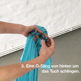 Die O-Sling Schlinge wird um das zusammengeraffte Tuch gelegt.