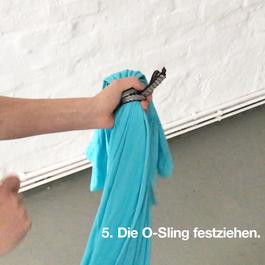 Die O-Sling Schlaufe ist fest um das Flying Pilates Tuch gezogen.