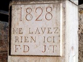 Plaque apposée sur la fontaine de La Charrière (Cormaranche)