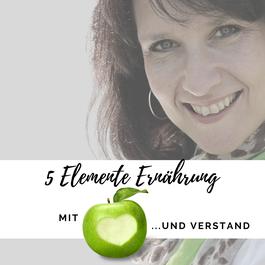 Podcast 5 Elemente Ernährung mit Herz und Verstand, Frau schwarz weiß mit dunklen Haaren, rotes Herz mit Kopfhörern