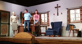 """Theaterspieler des Trachtenverein Neukirchen"""" auf der Bühne"""