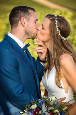 Hofgut Donnersberg, Außerhalb 3, 55578 Vendersheim, Hochzeitsfotograf, Hochzeitsbilder, Hochzeitsfoto, Paarbilder, Ehefoto, Hochzeitsreportage Hofgut Donnersberg, küssendes Brautpaar