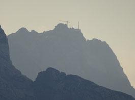 Bauarbeiten auf der Zugspitze, von Elmau aus gesehen. Vorne sieht man noch einen Abschnitt der Alpspitze.