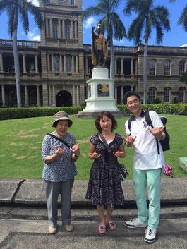 ハワイ オアフ島  カメハメハ大王像前 オプショナルツアー 専用車での貸切観光 チャーター 日本語タクシー