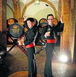 藤川氏と岩田氏、Bodega San Ginés ボデガ・サン・ヒネスにて (www.diariodejerez.es)