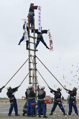 女性3人によるはしご乗りに大きな拍手が沸いた=8日午後、市消防本部