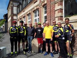 Gruppenfoto der Radsportler mit Bürgermeister Francois Tierce am Rathaus.