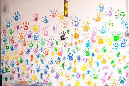 Erinnerungswand der Station mit Hand- oder Fußabdrücken der Patienten und den Daten ihrer Aufenthalte