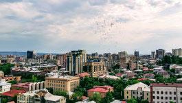 Letzter Schultag in Armenien von der Dachterasse aus gesehen: Rot Blau Orangene Luftballons steigen in den Himmel