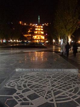 Im Vordergrund ein Plan der Stadt Yerevan, im Hintergrund die Kaskaden