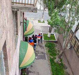 8. Mai 2018 in Yerevan: Schülerinnen auf dem Weg zur Demo