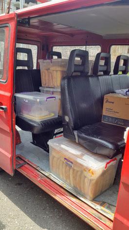 DRK-Bus wird für die Essensausgabe beladen