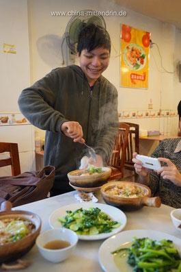 Zunächst wird der Reis für die Gäste umgerührt.