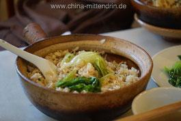 Bao1 Zai3 Fan5 (煲仔饭): gedünsteter Reis mit Gemüse und Fleisch oder Fisch