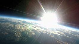 ふうせん宇宙撮影「宇宙での日の出を風船を使って撮影してみた 22号機」より