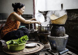 In Laos, cleaner and more efficient cook stoves promoted by a SWITCH-Asia project improve working conditions and environmental impact