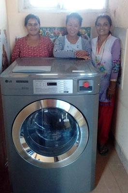Drei unserer Didis mit der neu angeschafften Industriewaschmaschine