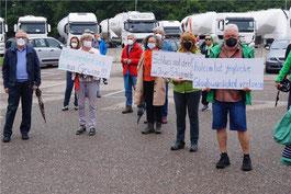 Demonstrantinnen und Demonstranten mit ihrem Plakaten.   © Daniel Seeburger