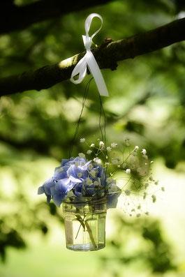 Blumenschmuck in Gläschen
