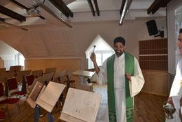 Pater Joseph segnet die neuen Räumlichkeiten der Marktmusikkapelle