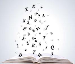 Grafik eines Buchstabensalats über einem Buch