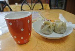 団地の中の大衆食堂のスーテイツァイ(モンゴルミルク茶)とボーズ(モンゴル焼売)。安くておいしかった