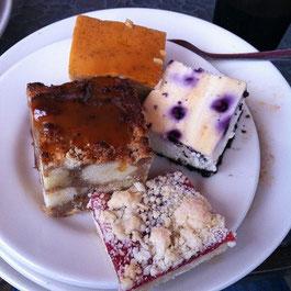 大学の食堂はバイキング形式。ケーキが美味しい