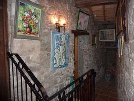En haut de l'escalier, qui part du hall d'entrée